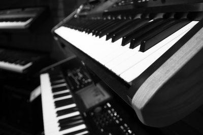 ピアノの鍵盤を同時に全て鳴らしたらすごい音が出た。