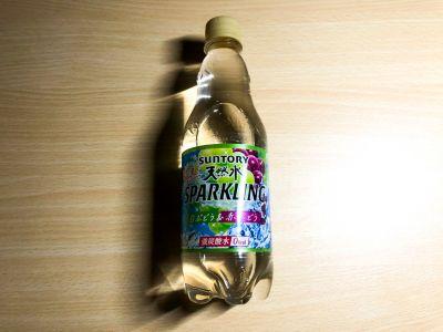 サントリーの「贅沢天然水スパークリング 白ぶどう&赤ぶどう」を飲んでいた!